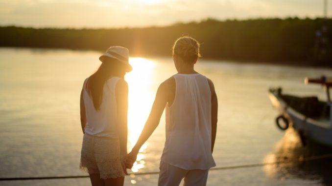 Oamenii care sunt sortiţi să se întâlnească, se întâlnesc. Nu contează cât fug unul de altul. Nu contează cât refuză să se vadă. Şi nu contează ce alte planuri au ei cu alţi oameni. La momentul potrivit, aceşti oameni se vor întâlni. Şi se vor iubi…