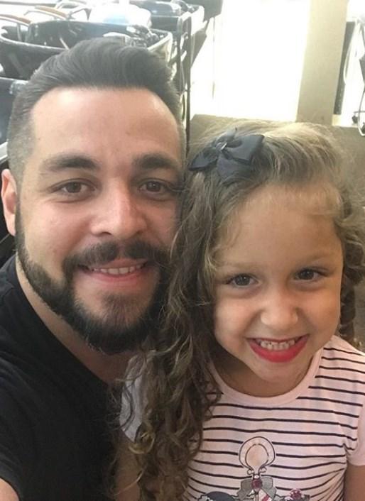Un barbat ramas vaduv s-a imbracat in femeie ca sa-i faca pe plac fiicei sale la scoala
