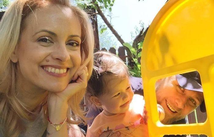 Replica Simonei Gherghe pentru fanii şocaţi că fiica ei încă are scutec şi suzetă la aproape 3 ani