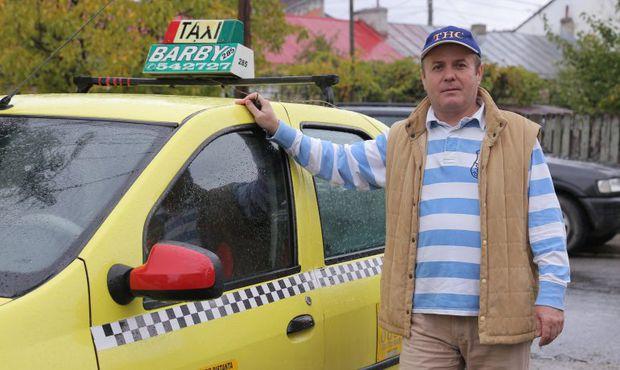 Domnul Vasile, un taximetrist, după ce a lăsat un client la destinație, a rămas mut de uimire când a văzut ce a lăsat el în mașină. S-a dus imediat la Poliție. Oamenii legii mai că și-au făcut cruce când au văzut.
