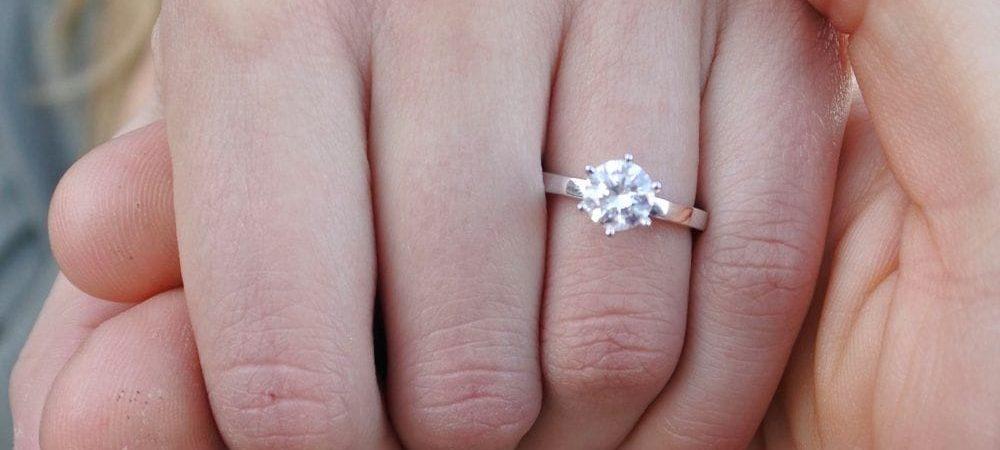 A cerut-o în căsătorie cu un inel de diamante, a acceptat și era în al nouălea cer, dar când a găsit chitanța a făcut un gest înfiorător. Ce s-a întâmplat între cei doi depășește orice limită. Uite ce a făcut fata când a văzut cât a plătit pe inel iubitul ei