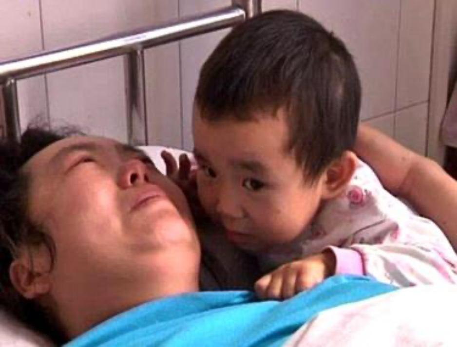 La 3 ani, își îngrijește singură mama! În loc să se joace, o chinezoaică își petrece de o lună fiecare zi și noapte în spital