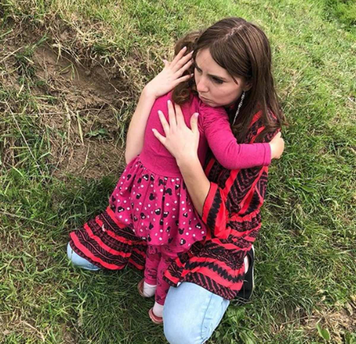 """Imagine emoționantă cu Vulpița îmbrățișându-și fiica! Tânăra și-a revăzut fetița după o lungă perioadă. """"O iubesc"""""""
