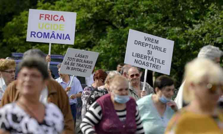 Protest in Piata Victoriei. Sute de oameni, fara masti de protectie, manifesteaza impotriva legii carantinarii