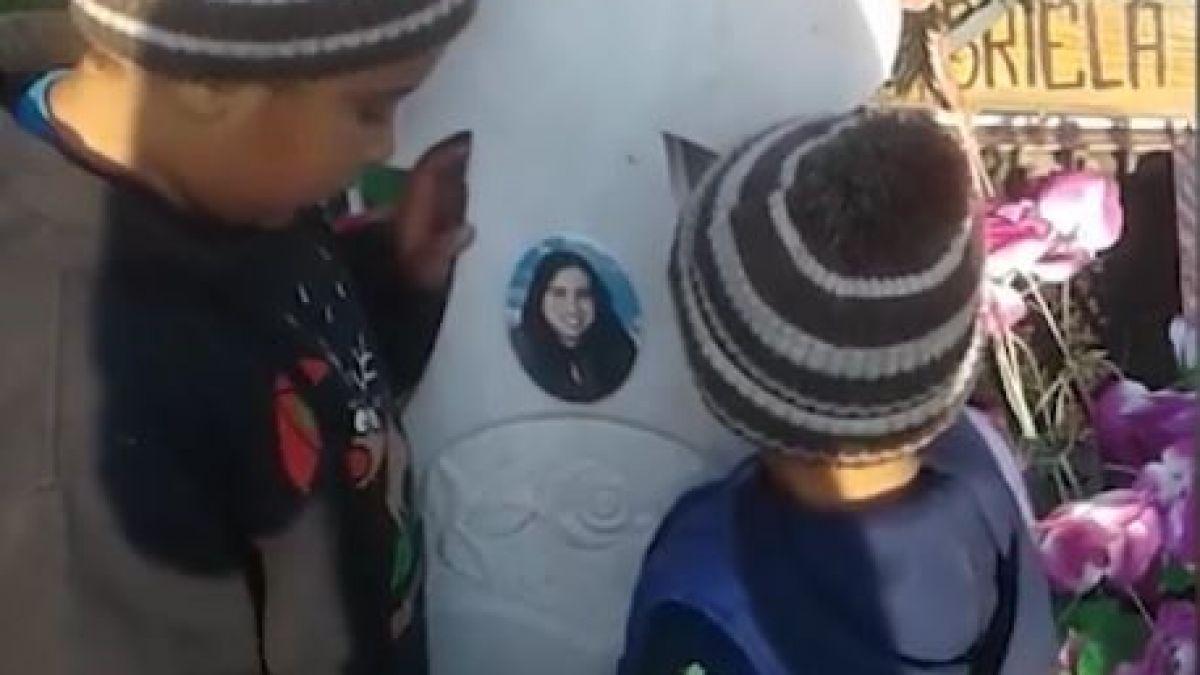 """Imagini emoționante cu doi copii care se roagă la crucea mamei lor. Tatăl micuților i-a părăsit: """"Mamă de ce ai murit?!"""""""
