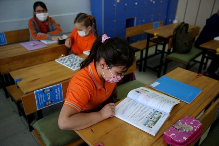 Veste bună pentru părinți! Se cere redeschiderea școlilor. Rafila: Nu putem ţine un copil în faţa unui ecran